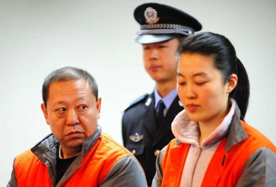 """中国早就有""""自古贪官多好色""""的说法,而今""""十个贪官九个色""""的断定好像也得到了验证。据现行《婚姻法》修改起草专家小组主要负责人巫昌祯教授的统计,被查处的贪官污吏中95%都有""""情妇"""",腐败的领导干部中60%以上与""""包二奶""""有关。(文字来源:人民网,图片来源:中山网)2011年1月12日,人称""""京城第一贪""""的原门头沟副区长闫永喜在北京受审。而陪同他一起受审的还有他那亲密无间的战友——情妇毛旭东。闫永喜被诉贪污、受贿、挪用公款等多项罪名,涉案金额高达4200余万。而据调查,这4200余万中有3600余万都与闫永喜的情妇毛旭东有关。图为闫永喜与毛旭东在法庭上。"""