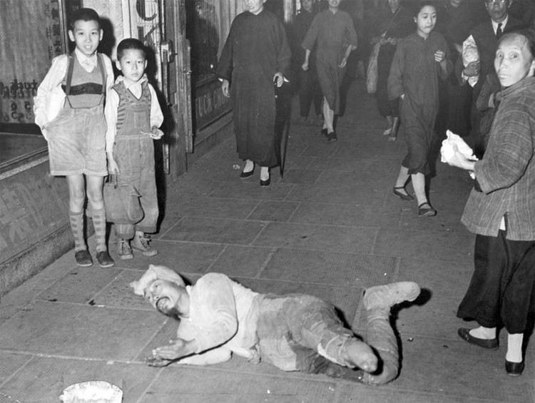 第二次国共内战,又被称为解放战争,发生于1945年8月至1949年9月间,这是一组国共内战时期的国统区旧照。(来源:凤凰网历史)图为当街乞讨的残疾人。