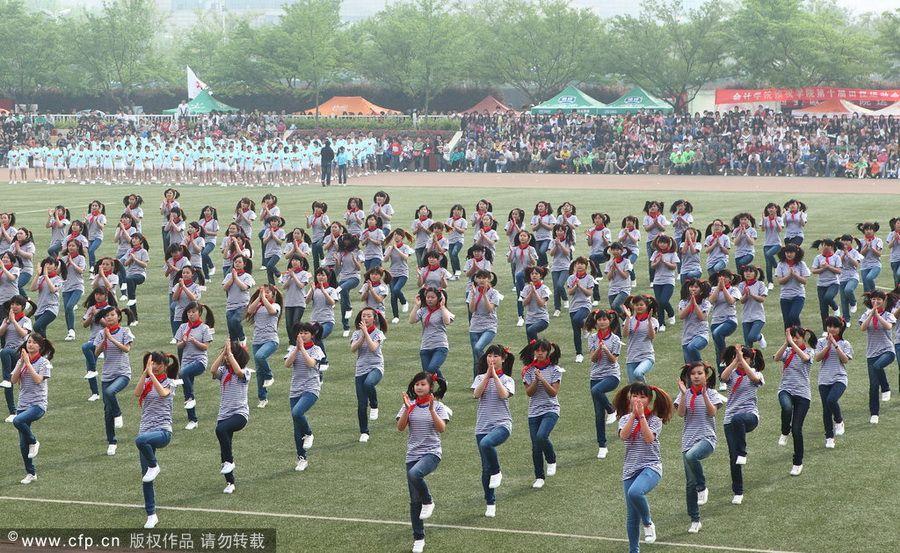 西安女大学生春季运动会激情演绎最炫民族风