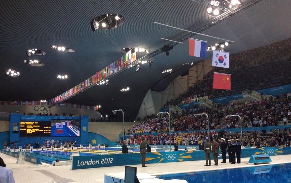 北京时间7月31日凌晨,伦敦奥运会的男子200米自由泳展开了决赛的争夺。最终,孙杨与朴泰桓打成平手,成绩是1分44秒93并列第二。在颁奖升旗仪式中,伦敦组委会再次犯下严重错误,中国选手孙杨和韩国名将朴泰桓并列亚军,但是在升旗时韩国国旗却排在了中国国旗的上面。按照国际惯例,两国国旗应该并排升起,而非一上一下排放。