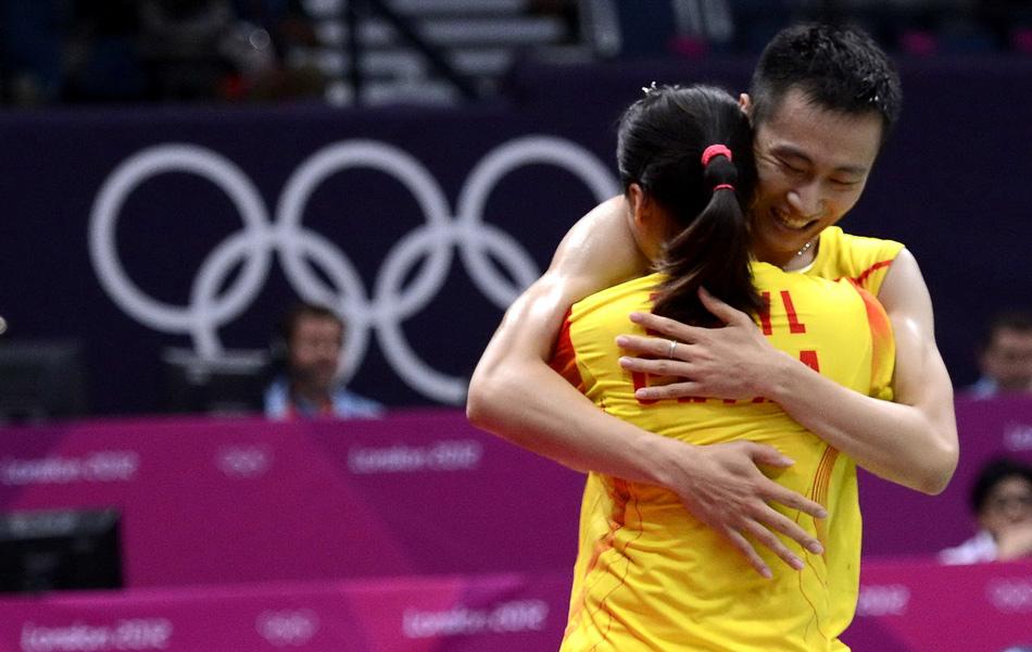 2012年8月3日,2012年伦敦奥运会羽毛球混双决赛,张楠/赵芸蕾2-0徐晨/马晋。图为张楠、赵芸蕾相拥庆祝夺冠。