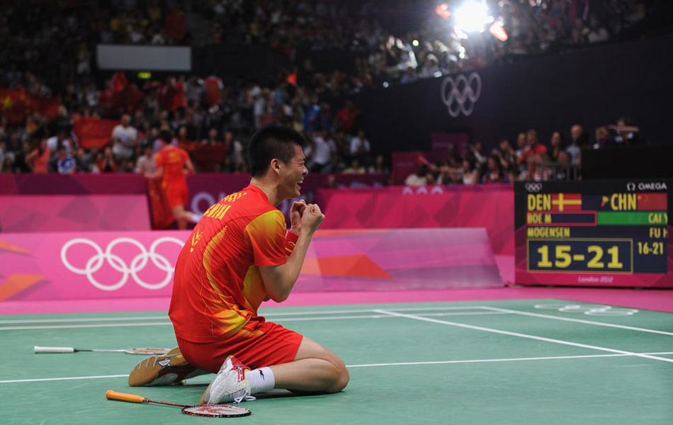 2012年8月5日,伦敦奥运会,男双风云组合力克丹麦组合夺冠,国羽包揽本届奥运羽毛球五枚金牌。图为傅海峰跪地庆祝。