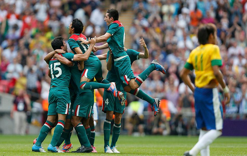 北京时间2012年8月11日,2012年伦敦奥运会男足决赛在伦敦温布利大球场展开争夺,对阵双方是巴西国奥和墨西哥国奥。最终墨西哥凭借佩拉尔塔开场28秒的闪电进球和下半场第75分钟的进球获得胜利,夺得冠军,巴西屈居亚军,胡尔克最后时刻打进挽回颜面的1球。图为墨西哥庆祝胜利,内马尔落寞。