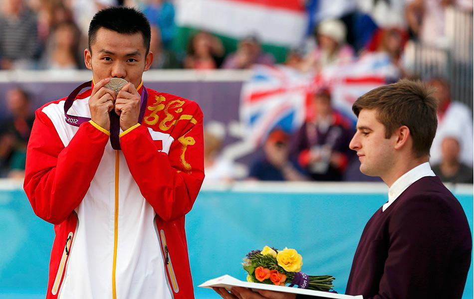 2012年8月12日,伦敦奥运会男子现代五项比赛中,中国选手曹忠荣发挥出色,比赛中一度占据领先位置,虽然最终与金牌擦肩而过屈居亚军,但是这样的成绩已经创造了中国选手在这个项目中的奥运会历史最佳战纪录。图为曹忠荣亲吻奖牌。