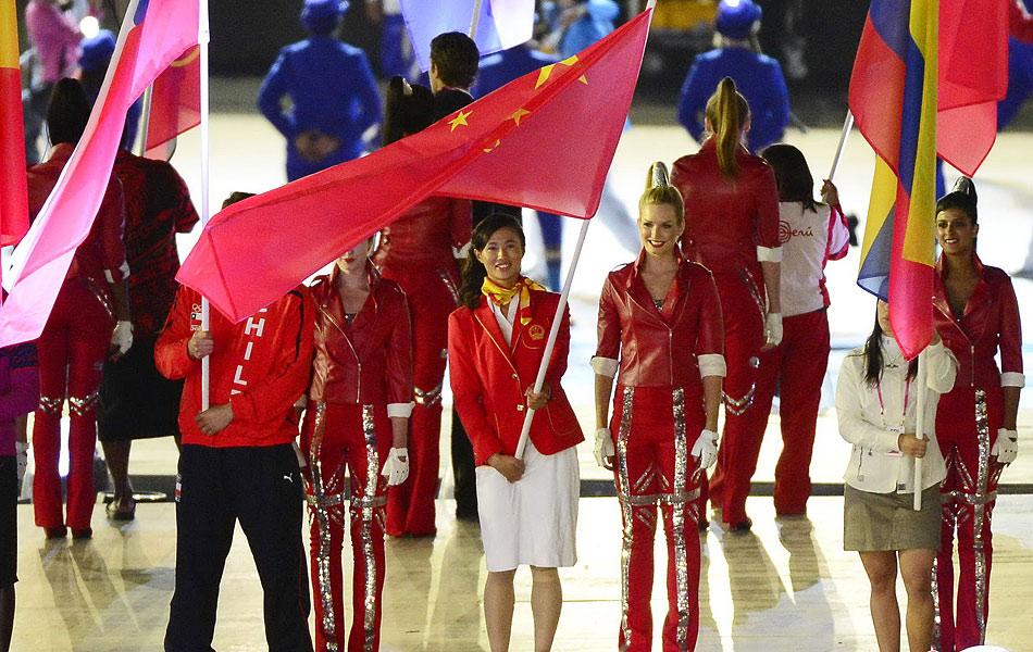 2012年8月13日,2012年伦敦奥运会闭幕式,各国运动员入场欢庆。图为中国代表团,徐莉佳担任旗手。