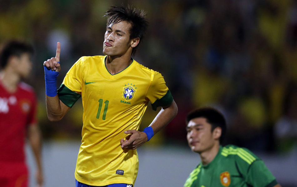 2012年9月11日,中国男足国家队客场0-8惨败给巴西队,刷新了国家队历史上最大比分失利纪录。1952年8月19日,中国队曾经在一场访问比赛中1-7输给波兰甲级球队克拉维夫队;此外中国队还在2004年4月21日的一场友谊赛中以0-6输给了西班牙巴塞罗那队。图为内马尔将比分扩大为2-0,在这场比赛中,巴西妖星打入3球。