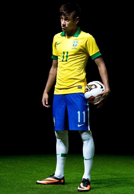 内马尔身着新款巴西国家队队服,展示新战靴.-毒锋 来袭 内马尔新战图片