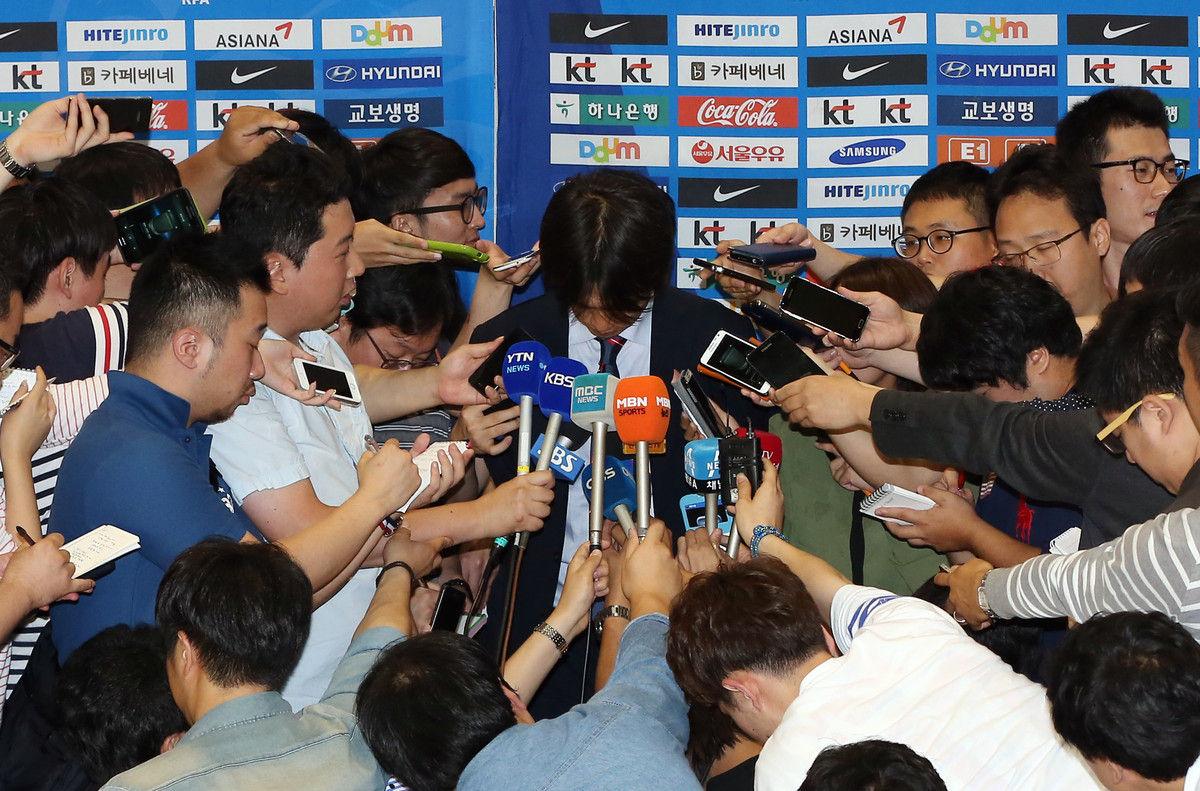 当地时间2014年6月30日,韩国首尔,韩国队飞抵仁川机场。由于本届世界杯成绩不佳,主帅洪明甫在记者面前鞠躬道歉。韩国三战一平两负,失6球,进3球。