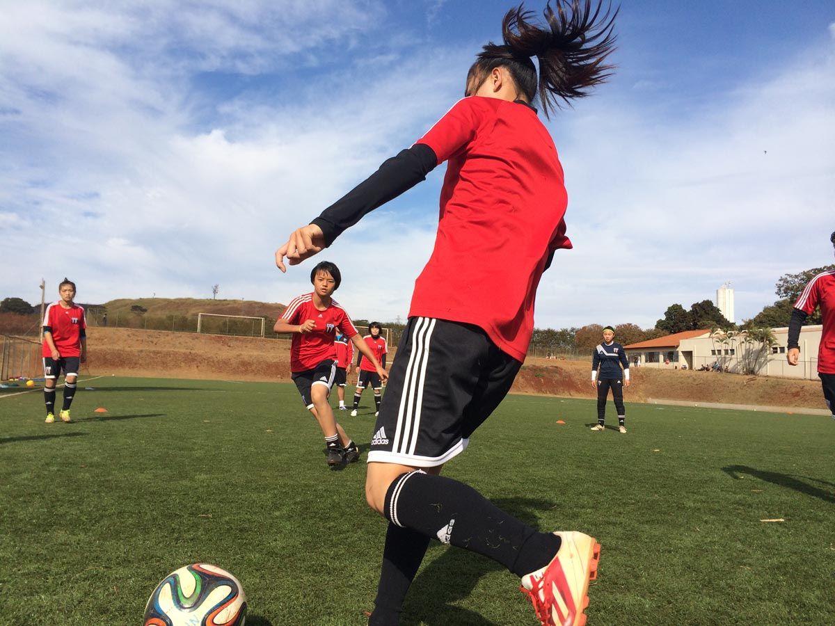 """圣保罗州的里贝朗-普雷图市被誉为巴西的加利福尼亚,这里每天都是蓝天白云,阳光明媚,草地绿油油地铺在巴西特有的红土地上。一支来自中国的""""铿锵玫瑰""""蛰伏在这里。因为世界杯的到来,不少中国媒体前去造访,才让这支驻扎在圣保罗博塔弗戈俱乐部的女孩们走进了人们的视野。  凤凰体育 陈清扬 发自巴西里贝朗-普雷图"""