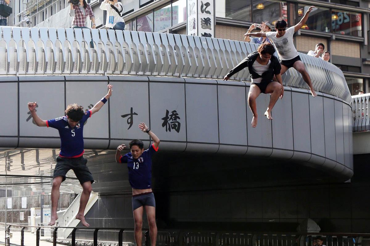 6月25日,2014年巴西世界杯小组赛C组最后一轮比赛中,日本队1-4哥伦比亚队。最终以3战2负1平,失6球,进2球的战绩,耻辱性出局。在日本大阪,几名球迷赛后从一座小桥上跳到河中,发泄不满。