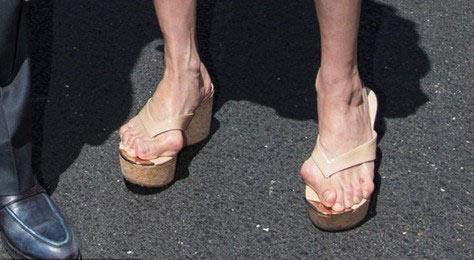 杨紫琼与未婚夫观看F1赛车比赛 着凉鞋露严重拇