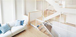 无印良品住宅木地板与白色瓷砖的搭配