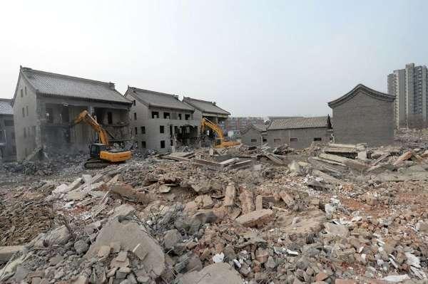 """2月19日,昌平区北七家郑各庄村,村北的37套四合院和6栋联排别墅正在拆除。据现场工人介绍,三天前,开始拆除这片违建四合院,预计3天后完工,将来,这里要建成一片树林。 这些违建是在百亩宅基地之上建起的。据介绍,2009年10月,没有经过审批,郑各庄村的宅基地上建起了""""水城御墅"""",总共37座四合院和6栋联排别墅,建设者和地块产权人是村属企业宏福集团。去年3月28日,本市启动严厉打击违法建设违法用地专项行动,利用农村宅基地盖违建也是要被严格处置的行为之一。 这些四合院曾经以&ldquo"""