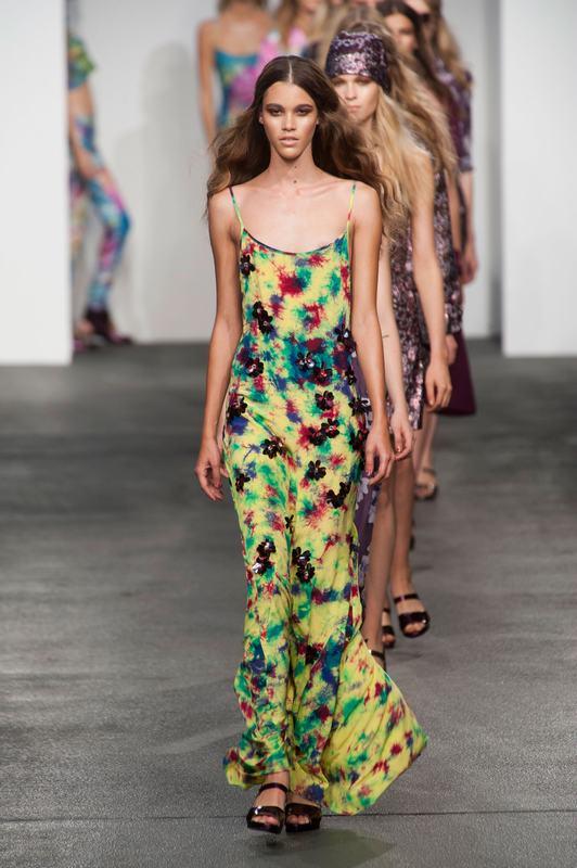 2013春夏伦敦时装周House of Holland秀场,整个设计风格以扎染风和印花风为主,充斥着整个T台,碎花长裙和连体长裤犹如清风铺面而来。