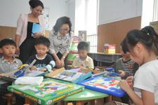 中国儿童少年基金会秘书长陈晓霞参观幼儿智能建构室