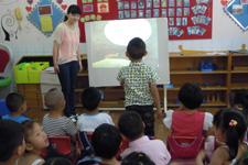 孩子们在艺体活动室体验