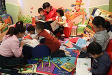 孩子们在绘本阅读室体验