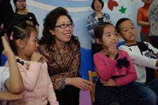 中国儿基会秘书长陈晓霞与社区儿童成长家园的孩子们在一起