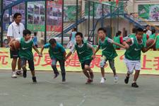 """孩子们在""""让我玩""""训练营中表演团体篮球"""
