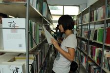 """孩子在""""安康图书馆""""看书"""