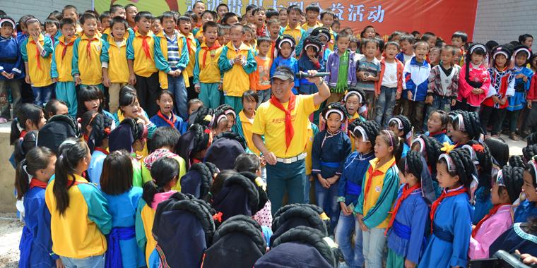 贵州:爱心大使教学生们唱歌