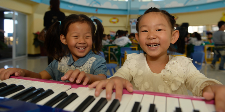 孩子们在弹奏驻波实验电子琴