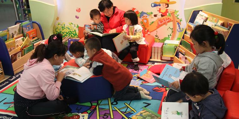 平顶山:孩子们在绘本阅读室体验