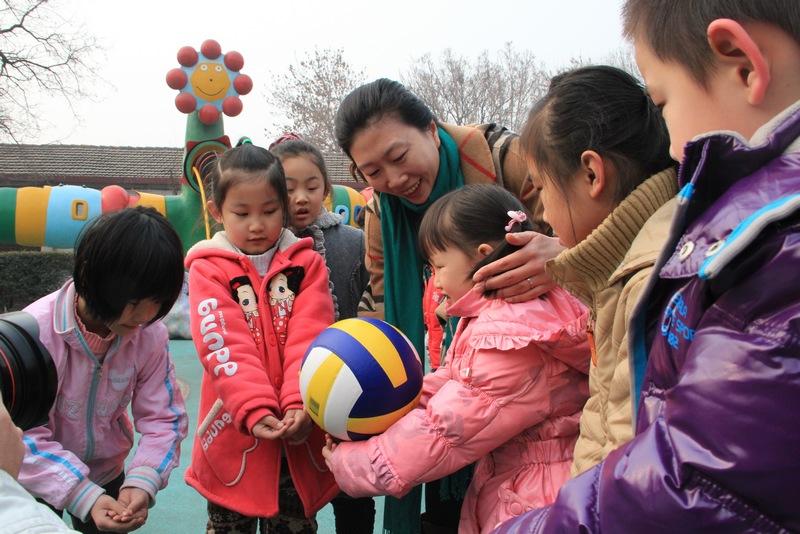 李珊教小朋友排球动作