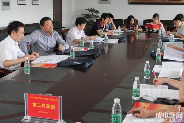 第二代表团讨论党代会工作报告_教育频道_凤