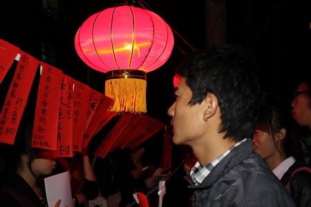 红红的灯笼和随风飘扬的红纸灯谜让现场充满着浓浓的节日气氛.
