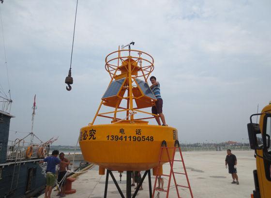 工作人员正在安装调试3m浮标