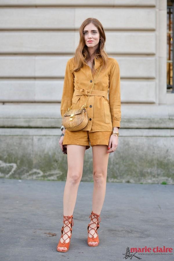 脚穿绑带罗马鞋街拍 优雅到指尖图片