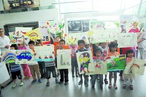 李斌/在活动现场小朋友们争先恐后地展示着自己的作品。重庆晨报记者...