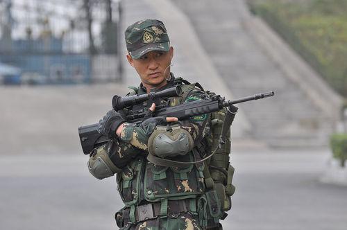 吴京特种兵剧照展军人风采 坚韧传递正能量