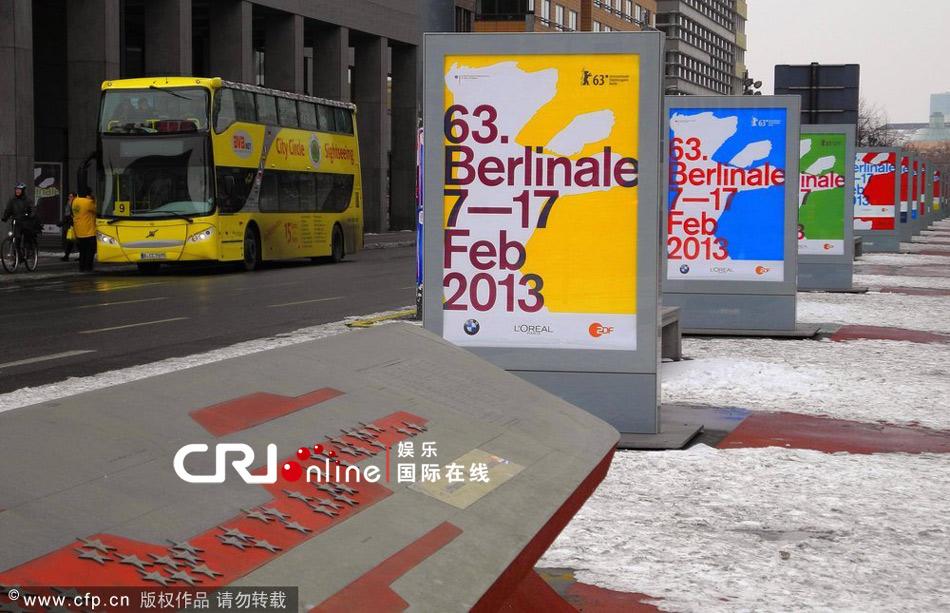 柏林国际电影节开幕在即  红毯布满白雪各色海报亮相