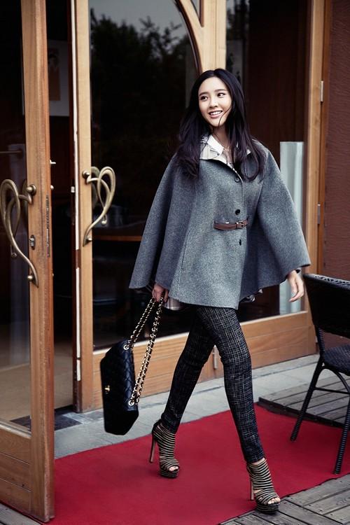 唐艺昕脱下古装,以靓丽清新的时装示人,浅浅梨涡,笑容甜美,同样可爱