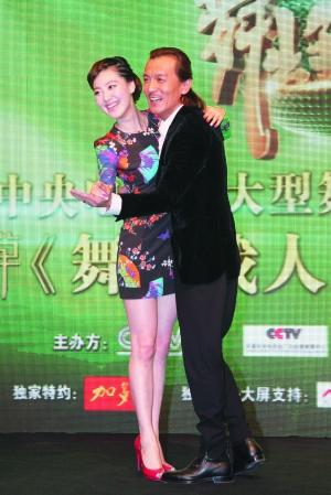 李咏/李咏昨日和主持人王冠现场摆起跳舞的姿势。