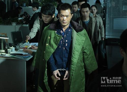 古天乐饰演的大毒枭走向审讯室