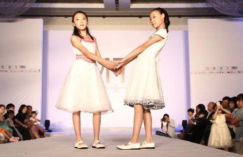 """据悉,在舞台上,来自北京地区的""""姐妹花""""选手刘林欣和刘林芊在牛仔秀图片"""