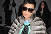 时尚新秀男版芙蓉(Bryan Boy)流行的蓝色系渐变衣外搭小皮草,搞怪依旧。