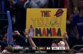 """黄曼巴完胜黑曼巴。连续5场比赛20+得分,带领球队获取本赛季最长的5连胜。华裔后卫林书豪已然成为现在NBA最炙手可热的新星。如同现实版""""仙道""""的球风让林书豪赢得了无数中美球迷的喜爱,现场标语表达着大家队偶像的喜爱。除了示爱的女球迷,被林书豪击败的科比也成为球迷挪揄的对象,不过因伤缺阵的小甜瓜安东尼可是躺着也中枪,他的球衣被一位创意球迷改造了一番,7号成了17号,而他的名字也被""""LIN""""的字样贴上覆盖。"""