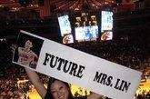 """女球迷自称未来""""林太太""""。连续5场比赛20+得分,带领球队获取本赛季最长的5连胜。华裔后卫林书豪已然成为现在NBA最炙手可热的新星。如同现实版""""仙道""""的球风让林书豪赢得了无数中美球迷的喜爱,现场标语表达着大家队偶像的喜爱。除了示爱的女球迷,被林书豪击败的科比也成为球迷挪揄的对象,不过因伤缺阵的小甜瓜安东尼可是躺着也中枪,他的球衣被一位创意球迷改造了一番,7号成了17号,而他的名字也被""""LIN""""的字样贴上覆盖。"""