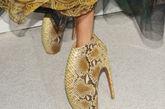 其实作为一个名模非常辛苦,不但要奔走四大时装周,经常一天走好几场秀,甚至为了身材不惜用非常规方法保持身材。另外近年来T台上流行的各种诡异高跟鞋也让模特不断叫苦。图为:Alexander McQueen高跟鞋
