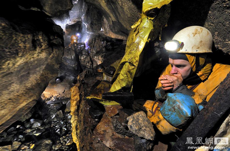 在阴冷的地下洞穴中,探险队员萨姆-埃尔肖恩正缩在洞穴掩蔽处取暖.