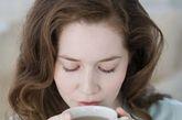 饭后半小时再喝茶。饭后不宜立即饮茶,否则会冲淡胃液,影响食物消化。同时,茶中的单宁酸和食物中的蛋白质混合后会产生不易消化的凝固物质,给胃增加负担。饭后半小时再喝茶,能促进消化吸收,起到杀菌消毒和护齿的作用。