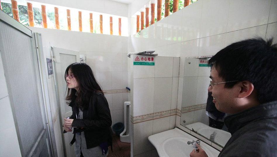 广州女大学生占领男厕所吁扩大女厕位比例