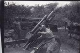 一台第七野战排一零五型豪威侧尔榴弹炮,在刚向日军轰击之后处于炮筒后座状态。1944年5月1日,巴莫。