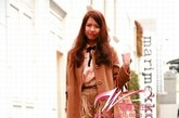 日本潮人们的街拍总是有自己的创意,不跟风、做自己是她们的特色。而要想有特点,玩转各种造型,就一定要学会混搭。呢子外套一定是不可少的,只要穿好内搭,就可以变换各种不同的风格。长裙、斗篷、连衣裙等也是很百搭的单品,只要你有自己的idea,就快点把这些单品穿上身吧!