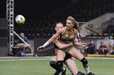 """捷克继美国""""内衣碗杯""""赛之后,也在国内举办了一场首届性感英式橄榄球赛。近日,两队美女选手在首都布拉格的Tipsport球场闪亮开场。同样的身材火辣,同样的性感迷人,内衣美女相比美国女子的""""内衣碗""""美式橄榄球,捷克少女们几乎不佩戴护具,英式橄榄球美女们近身肉搏,更令观众看得热血喷张。"""