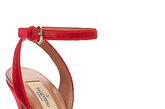 意大利国宝级奢侈品牌Valentino以其皇室般高贵奢华的风格令女人们为之着迷。最新的2012春夏系列女鞋以镂空为主要设计元素,含蓄朦胧的小裸露是性感的绝佳法宝,点缀的金属嵌边透出华贵气质。另外,透视蕾丝鞋面的麻编底平跟鞋也是春夏休闲生活必备的性感小物。